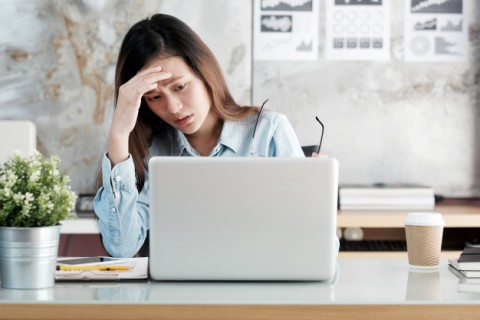 businesswoman-looking-at-laptop-computer-with-stressed-face-at-desk-office_7190-1382