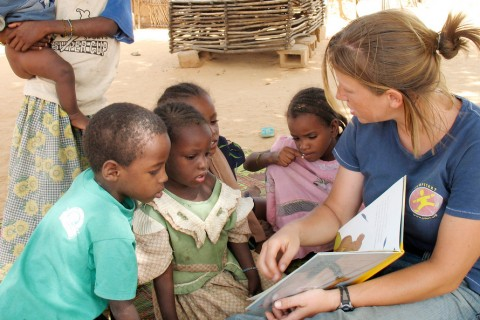lcle-peacecorps-africa-teacher-reading-with-kids